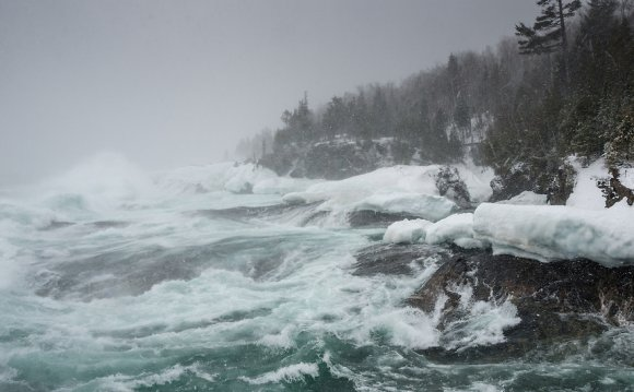 Large Lake Superior waves from